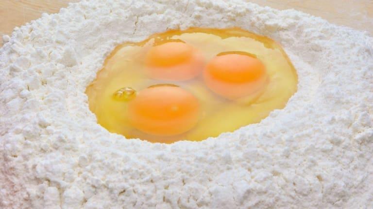 Preparazione dei tortellini, come fare la sfoglia con uova e farina, ricetta