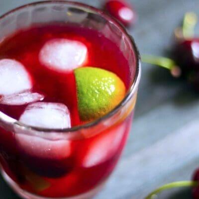 Caipirinha alle ciliegie ricetta, aperitivo leggero e facile da fare con ciliegie, zucchero, lime, cachaça ratafia