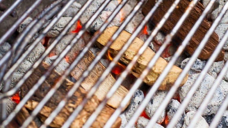 Mesquite sulla brace per cuocere, affumicare carne. Tecniche di cottura barbecue
