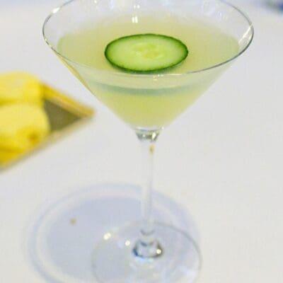 Hulk Potion, cocktail con assenzio, cetriolo, gin e vodka ricetta per fare aperitivo alcolico potente, drink verde