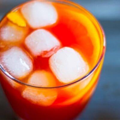 Rakoni, cocktail con raki bitter Campari e vermut rosso. Variante del Negroni