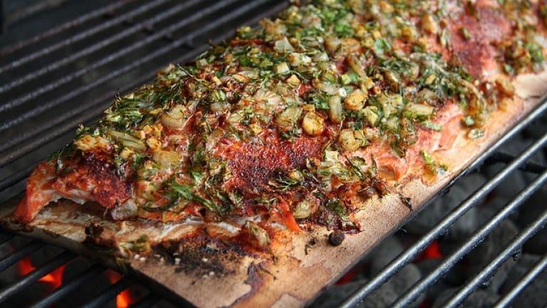 Salmone sulla tavoletta di cedro all'aneto: una ricetta barbecue da leccarsi i baffi!
