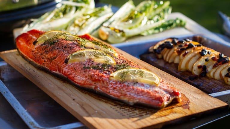 Salmone sulla tavoletta di cedro, pesce alla griglia, grigliata di pesce