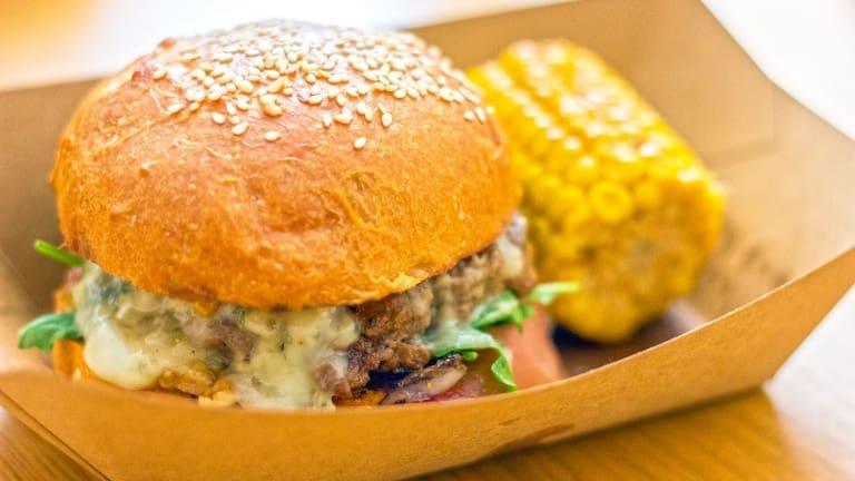 Il panino estivo definitivo? Hamburger con Gorgonzola, noci e bacon!