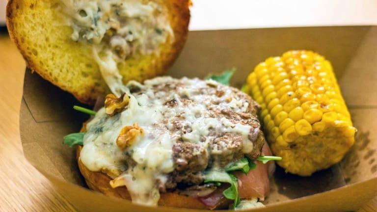Hamburger con Gorgonzola noci pomodoro bacon, ricetta hamburger gourmet, ricette