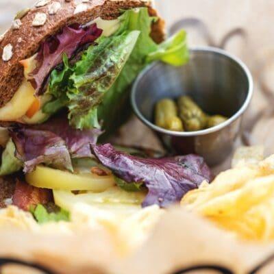 Hamburger vegetariano con formaggio fuso