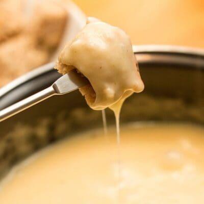 Fonduta di formaggio ricetta originale facile e veloce per fare la crema di formaggio