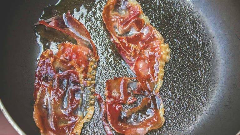 Speck Alto Adige, ricette con speck croccante, petali di speck per avocado egg