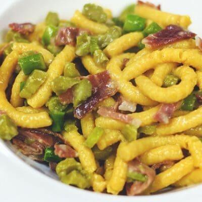 Passatelli asciutti con pancetta, asparagi e scalogno, ricette di primavera facili e veloce
