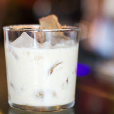 Cocktail Moana, cocktail leggero e dolce con gelato rum e cannella