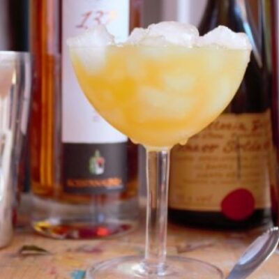 El Canonero cocktail da aperitivo con grappa pesca, pompelmo e acqua di rose