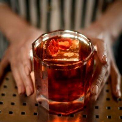 Burning Lotus: cocktail piccante con cognac, sherry e salsa agrodolce thai, aperitivo piccante e speziato