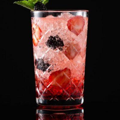Palinka Bum Bum: un nuovo cocktail da aperitivo con acquavite rumena, ratafia, acqua tonica e noce moscata