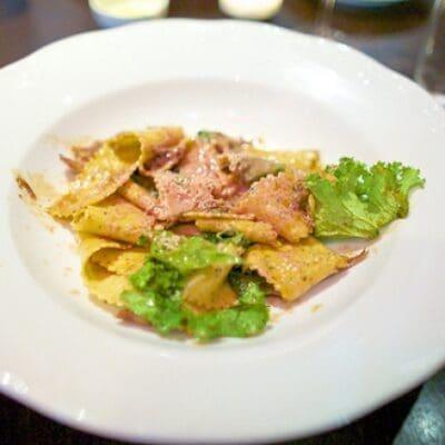 Pappardelle con pasta di salame e fonduta di parmigiano. Ricette veloci.