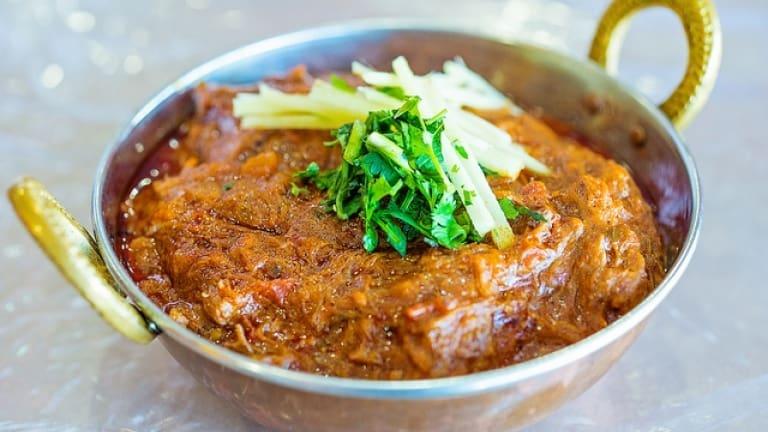 Curry di agnello, cibo indiano con curry coriandolo cilantro spezie per Pinot N