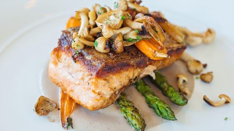 Ricetta con foto filetto di salmone con funghi e asparagi da abbinare al Pinot N