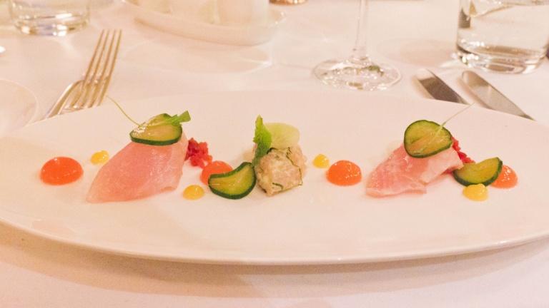 Sashimi di tonno hamachi. Il vino perfetto è il Moscato Giallo: sapido e vivace