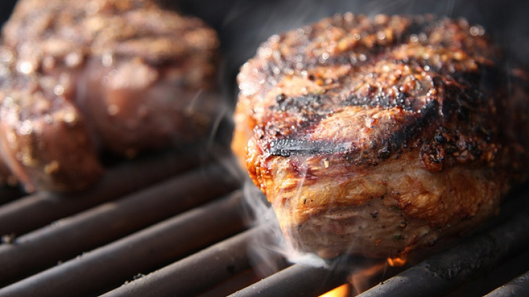 Filetto di manzo alla griglia, caramellare l'esterno della carne. Tecniche bbq.